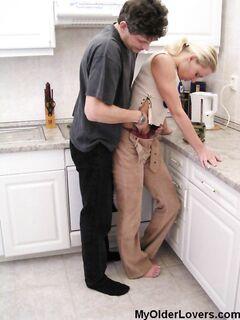 Выебал на кухне
