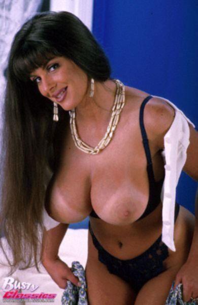Большая грудь загорелой брюнетки