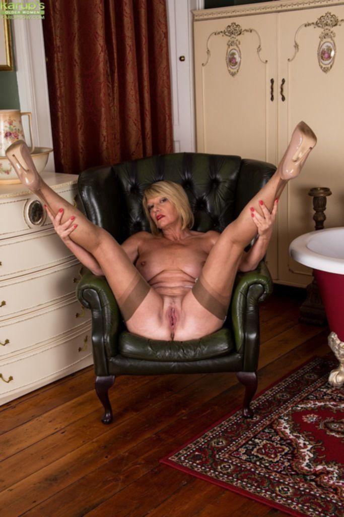На кожаном кресле ласкаем киску