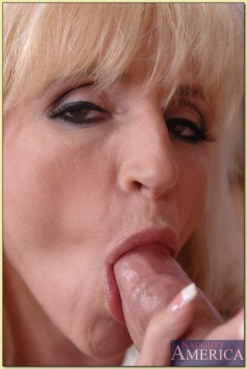Блондинка-сладкоежка