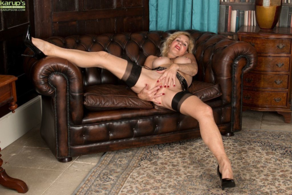 Мастурбация на кожаном диване