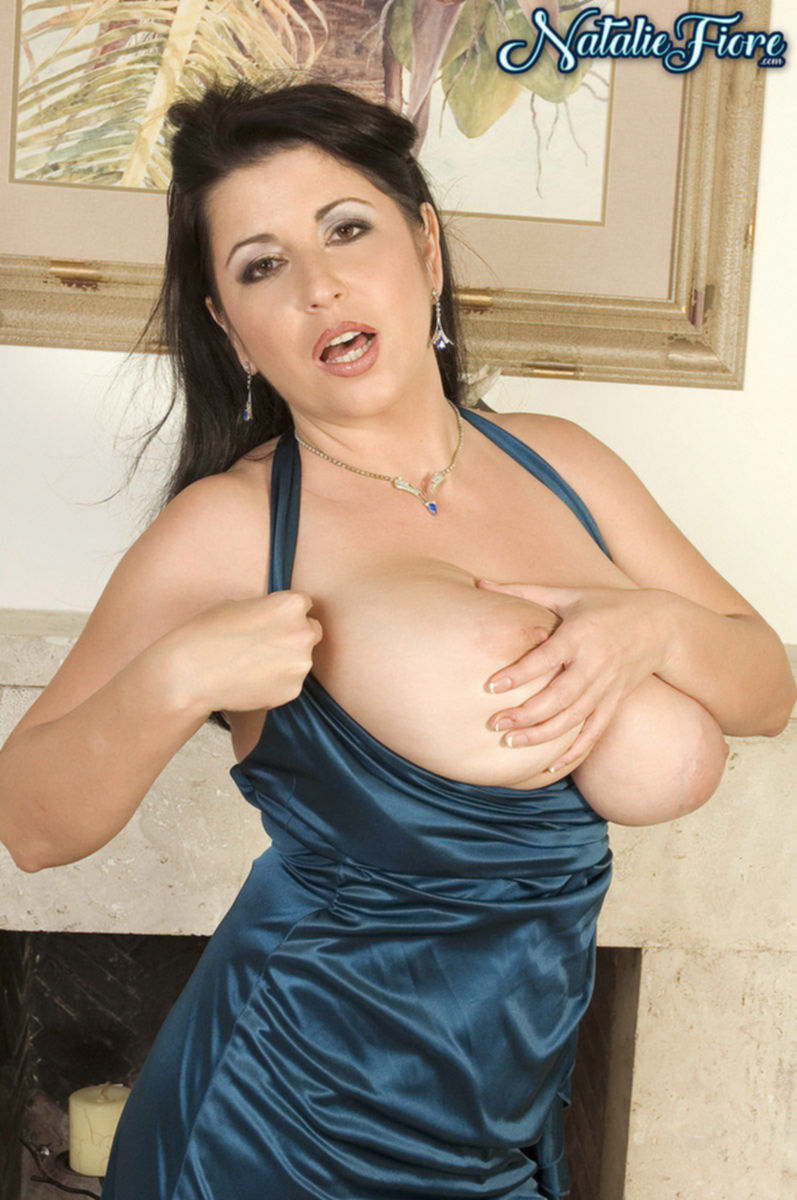 Наслаждаясь своей большой грудь