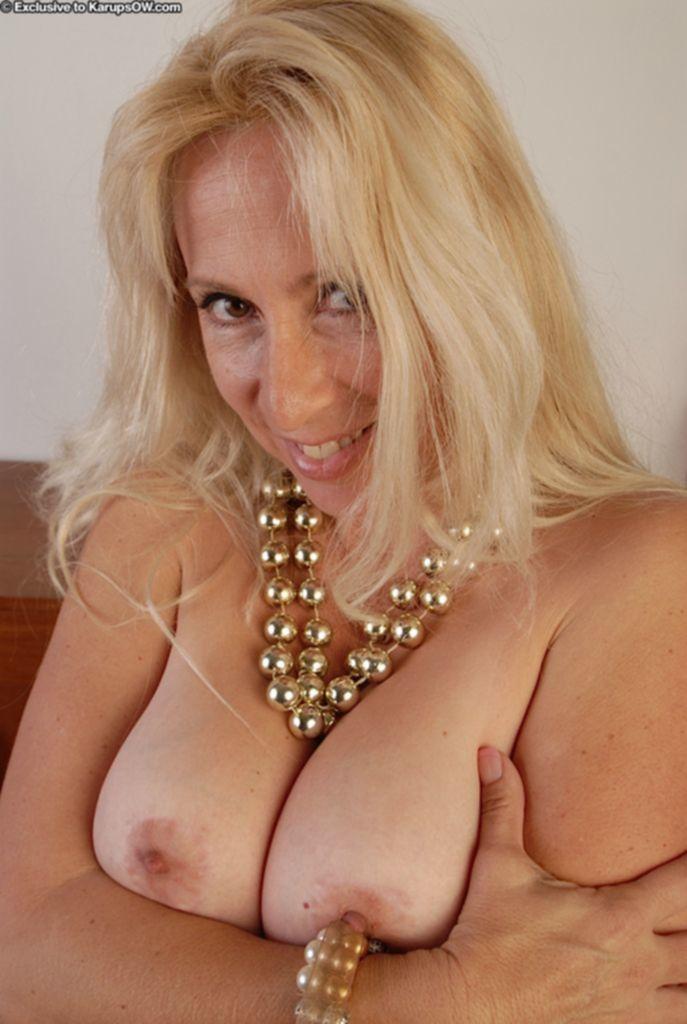 Мясистая киска пышногрудой блондинки