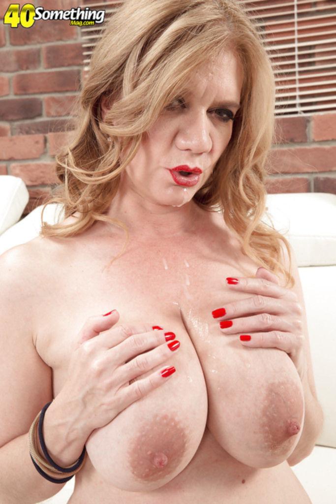 Блондинка с большими сиськами любит жаркий секс