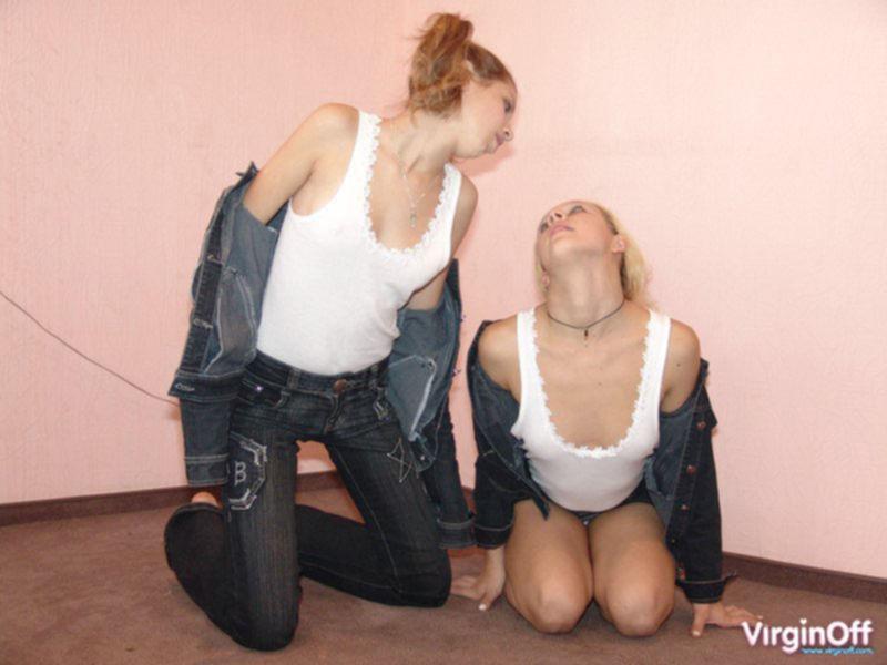 Две подружки худышки сосутся голые