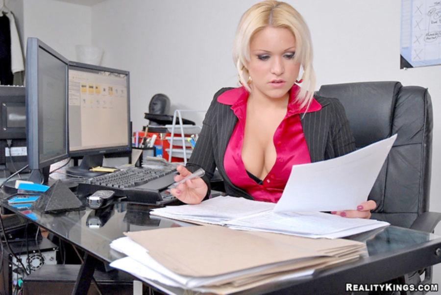В офисе