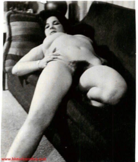 Две голые подружки на ретро фото